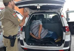 Suspeitos presos em desmanche de caminhões são levados para o Presídio Regional de Joinville (SC)
