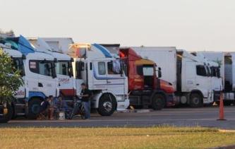 Greve de auditores da Receita prende caminhões na fronteira