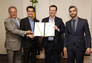 Tayguara Helou assina Acordo de Cooperação para adesão ao Programa RASTRO representando a NTC&Logística