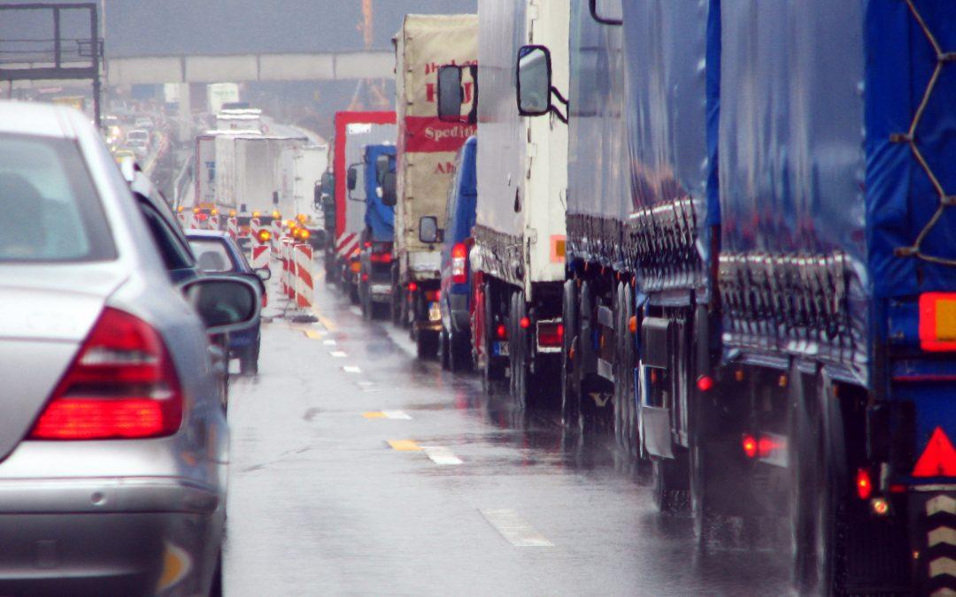 A restrição de tráfego para os caminhões nas rodovias estaduais começa a valer nesta sexta