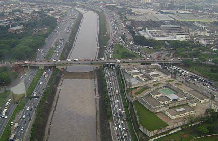 Por 'segurança', tráfego de caminhões é proibido em ponte na zona norte de São Paulo