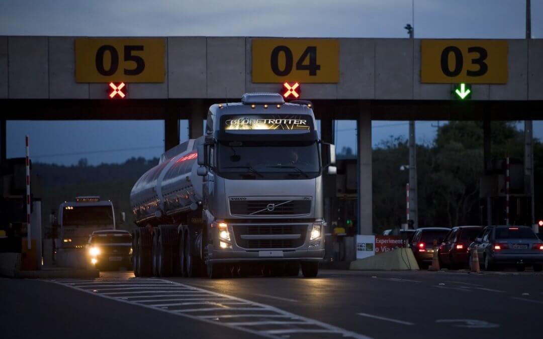 Governo Doria quer reduzir tarifa de pedágio para caminhões à noite em SP