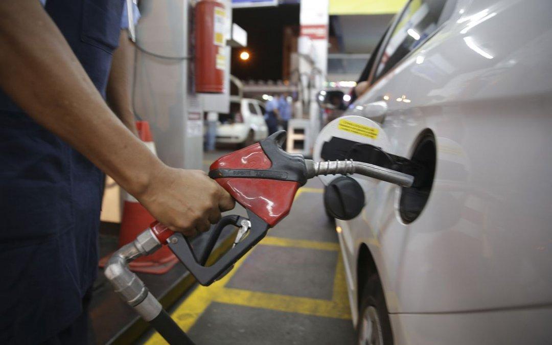 Petrobras anuncia aumento no preço da gasolina devido a alta no dólar