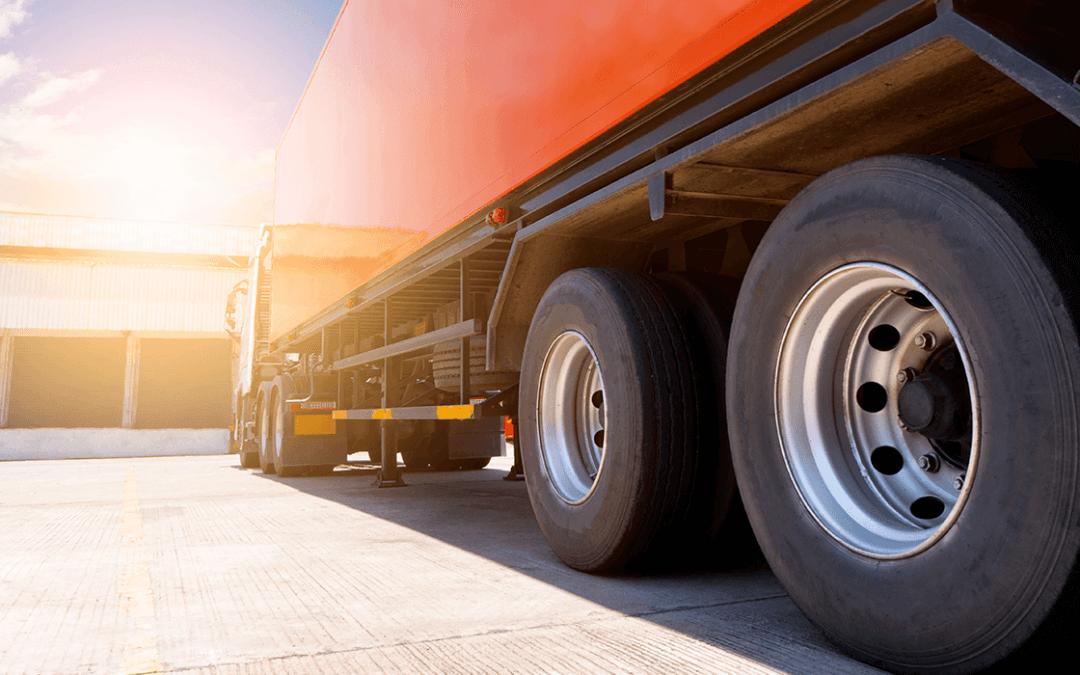 Venda mensal de caminhões volta ao nível de 2019, mas faltam produtos