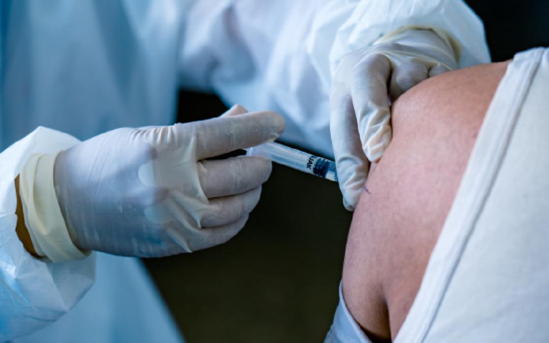5 perguntas e respostas para entender por que pessoas vacinadas também pegam COVID-19